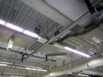 データセンタの天井照明として直付ライン型器具を採用