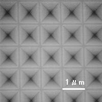 四角錐パタンアレイの制作例SEM観察像