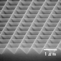 四角錐パタンアレイの制作例SEM観察像(斜め観察)